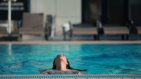 Bella donna con nuoto perfetto del corpo nello stagno stock footage