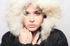 Bella donna con pelliccia. cappuccio bianco. inverno style.make-up Fotografia Stock