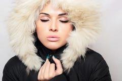 Bella donna con pelliccia. cappuccio bianco. inverno style.make-up Fotografie Stock Libere da Diritti