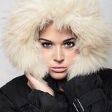 Bella donna con pelliccia. cappuccio bianco. inverno style.make-up Immagini Stock