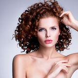 Bella donna con trucco di fascino e l'acconciatura alla moda Immagini Stock