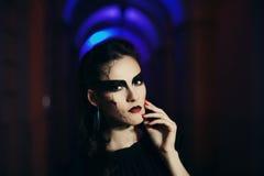Bella donna con trucco di Halloween Chiuda sul ritratto di notte della via modificato fotografie stock libere da diritti