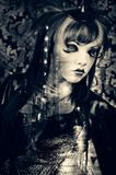 Bella donna con trucco di modo che porta un costume d'annata in un vicolo scuro della città Fotografia Stock
