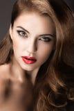 Bella donna con trucco di sera, le labbra rosse ed i riccioli Fronte di bellezza fotografia stock libera da diritti