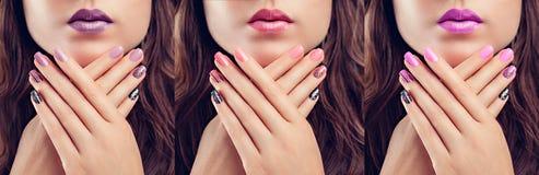 Bella donna con trucco ed il manicure perfetti Progettazione del chiodo Modo Tre tonalità immagine stock
