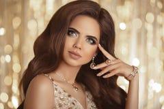 Bella donna con trucco perfetto che indossa gioielli dorati mani Immagini Stock Libere da Diritti