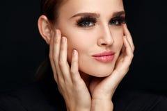 Bella donna con trucco perfetto, pelle molle, cigli neri Fotografia Stock