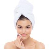 Bella donna con un asciugamano sulla sua testa Eliminazione del trucco Immagini Stock