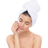 Bella donna con un asciugamano sulla sua testa Eliminazione del trucco Fotografia Stock