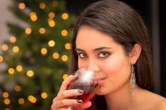 Bella donna con un bicchiere di vino nel natale fotografia stock