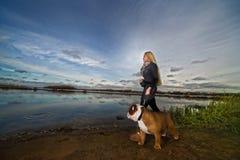 Bella donna con un cane Immagine Stock