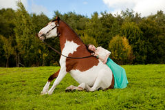 Bella donna con un cavallo nel campo Ragazza sopra Fotografie Stock