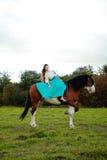 Bella donna con un cavallo nel campo Ragazza sopra Fotografie Stock Libere da Diritti