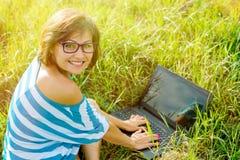 Bella donna con un computer portatile Immagine Stock Libera da Diritti