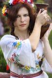 Bella donna con un decantatore Fotografia Stock Libera da Diritti