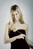 Bella donna con un fiore fotografia stock libera da diritti