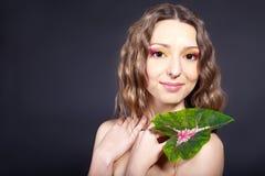 Bella donna con un fiore in sua mano Immagini Stock Libere da Diritti