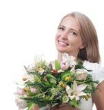 Bella donna con un mazzo dei fiori isolati sulla parte posteriore di bianco Fotografia Stock Libera da Diritti