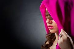 Bella donna con un merletto sui suoi occhi Fotografie Stock