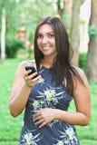 Bella donna con un telefono mobile Fotografia Stock