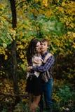 Bella donna con un uomo che abbraccia nella felicità di amore della foresta di autunno, gioventù, famiglia fotografia stock libera da diritti