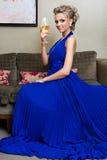 Bella donna con un vetro di vino Fotografie Stock