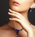 Bella donna con una collana dello zaffiro Concetto di modo fotografie stock