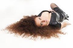 Bella donna con una menzogne dei capelli ricci Fotografia Stock Libera da Diritti