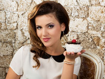 Bella donna con una torta Fotografie Stock Libere da Diritti
