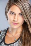 Bella donna con uno sguardo fisso penetrante direttamente alla macchina fotografica w Immagini Stock