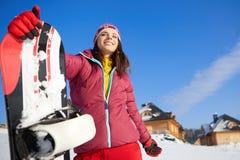 Bella donna con uno snowboard Concetto di sport fotografia stock libera da diritti