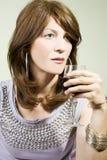 Bella donna con vino rosso di vetro Fotografie Stock Libere da Diritti