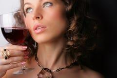 Bella donna con vino rosso di vetro Immagini Stock Libere da Diritti