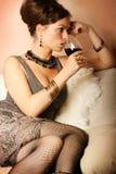 Bella donna con vino rosso di vetro Fotografia Stock Libera da Diritti