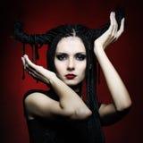 Bella donna in costume di carnevale. figura della strega Immagine Stock