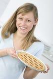 Bella donna in cucina Immagini Stock