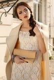Bella donna da signora con capelli scuri in cappotto elegante della lana fotografie stock libere da diritti