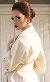 Bella donna da signora con capelli scuri in cappotto lussuoso della lana fotografia stock libera da diritti