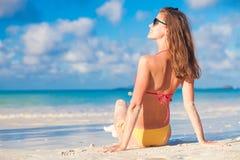 Bella donna dai capelli lunghi che prende il sole alla spiaggia immagini stock libere da diritti