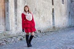 Bella donna dai capelli rossi che cammina a Tallinn Fotografie Stock