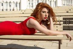 Bella donna dai capelli rossi in vestito elegante immagini stock libere da diritti