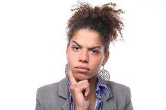 Bella donna davanti ad un fondo bianco che fa le espressioni immagini stock