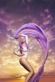 Bella donna davanti al fondo della nuvola Fotografia Stock