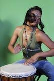 Bella donna del African-American che gioca i tamburi Fotografia Stock Libera da Diritti