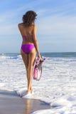 Bella donna del bikini di retrovisione alla spiaggia Immagine Stock