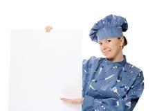 Bella donna del cuoco che tiene una scheda di avviso Immagine Stock Libera da Diritti