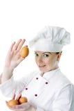 Bella donna del cuoco con l'uovo Immagine Stock