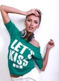 Bella donna del DJ con capelli neri in camicia verde Fotografia Stock
