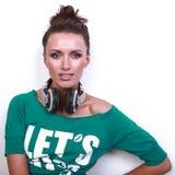 Bella donna del DJ con capelli neri in camicia verde Fotografia Stock Libera da Diritti