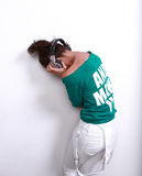 Bella donna del DJ con capelli neri in camicia verde Immagine Stock Libera da Diritti